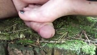 Herrin zu Fuß zermalmt und am Stumpffetischistenschwanz im Wald masturbiert