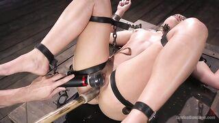Die gefesselte Sklavin schreit, während sie mit einem Stock gefickt und mit einem Vibrator auf die Klitoris gedrückt wird