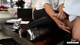 Der Lehrer in der Brille fingert in Leggings und Schuhen den Schwanz des Direktors an seinen Beinen