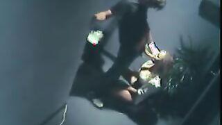 Die Putzfrau hat die Sekretärin verführt und im Büro unter einer versteckten Kamera gefickt