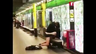 Betrunkene Jugendliche werden auf einer Bank auf der Meterplattform gefickt