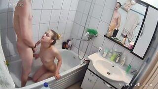 Der russische Musiker fickte einen Fan im Badezimmer und zeichnete Sex mit einer versteckten Kamera auf