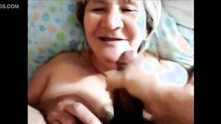 Eine Auswahl von Spermaschüssen auf runzligen Gesichtern alter Frauen