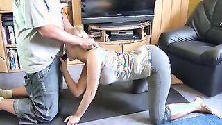 Sportdeutsch in Leggings reitet einen Schwanz statt Yoga-Training