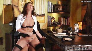 Der Chef fickt die Sekretärin auf dem Desktop im Büro