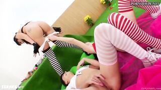 Mädchen strecken ihren Anus zu einem riesigen Mitglied