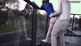 Junges Paar wird auf dem Balkon in voller Sicht gefickt