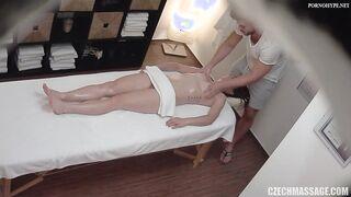 Eine verheiratete Frau wird in einer Sitzung von einem Masseur in geölten Löchern gefickt