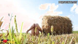 Fickt eine dicke dicke Frau auf einem russischen Feld im Heuhaufen