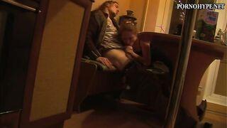 Junge Frau gibt ihrem Mann nachts einen Blowjob in der Küche