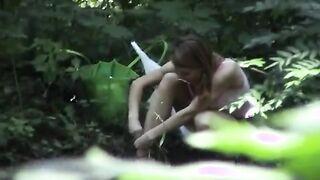 Versteckte Kamera, die als Mädchen gefilmt wurde, zieht sich im Gebüsch um