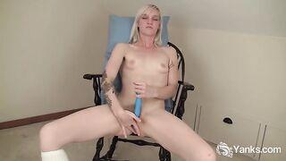 Blondine mit sehr kleinen Titten masturbiert Muschi und Kitzler