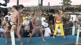 Mädchen glänzen nackte Brüste beim nassen Badeanzugwettbewerb in Philadelphia