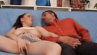 Kurvige Tochter lutscht Schwanz für Papa und wird von oben auf einem Schwanz sitzend gefickt