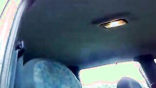 Russische Milchmagd saugte den Schwanz des Chef-Agronomen in einem Auto auf dem Feld