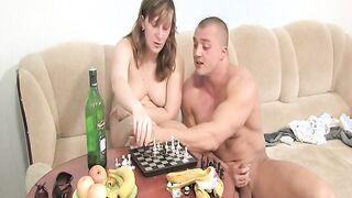 Sohn gab Mutter einen Drink und gewann Schach Inzest
