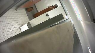 Lesbukha spioniert einen pissenden Fremden in der Toilette aus