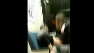 Weißer Freiwilliger fährt ein Mitglied eines obdachlosen Nigga in einem U-Bahnwagen