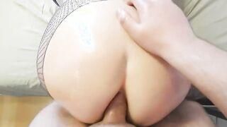 Finger und harter Schwanz im Hinternloch der assed Frau in Öl