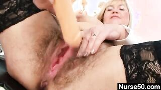 Reife Krankenschwester mit zotteliger Muschi masturbiert auf einem Gynäkologenstuhl
