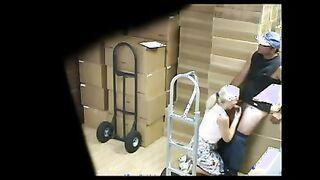 Ein reifer Ladenbesitzer saugt ein Mitglied eines Laders in einem Lagerhaus vor einer versteckten Kamera