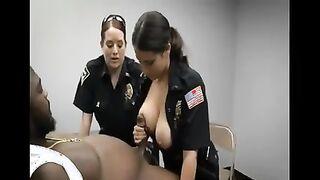 Zwei Polizisten lutschen während des Verhörs den Schwanz eines schwarzen Verbrechers