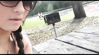 Brünette in Sonnenbrille fingert Freund Schwanz in einem Park am See