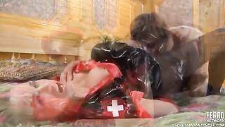 Petersburger Küken wird von ihrem Geliebten in Strumpfhosen und Krankenschwesteruniform gefickt