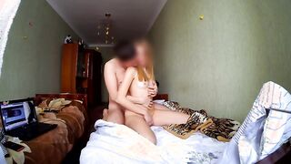 Moskvich besucht einen Freund und palyat seine Schwester unter dem Film