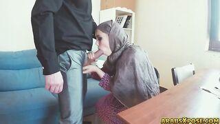Arabischer Hijab saugt amerikanischen Schwanz für Geld an der US-Botschaft