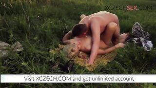 Schöne Sex Village Onanist und Priestertochter auf dem Feld