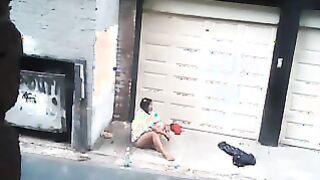 Der junge Rapper fickte eine betrunkene Hure und warf sie auf die Straße, ohne zu bezahlen