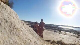 Fickt einen Kerl an einem wilden Strand für Nudisten