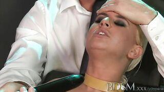 BDSM-Meisterin fickte ihre gefesselte Freundin nach enger Pussy-Masturbation