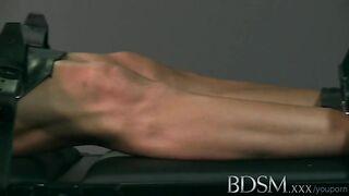 Die Herrin in einem Korsett reitet ein Mitglied eines gefesselten Sklaven und masturbiert mit seinen Händen