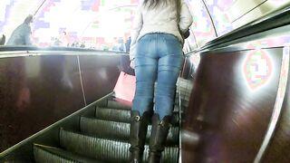 Russischer Perverser jagt einen Fremden in Jeans in der U-Bahn