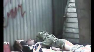 Tomsk Penner ficken auf einer Matratze hinter Garagen