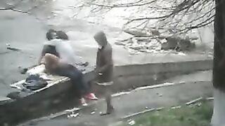Die verrückte russische Hure wird von einer Freundin mit ihrem Geliebten in einem Park gefickt