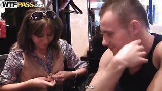 St. Petersburg Pick-ups fickten ein Küken in der Toilette eines Cafés