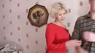 Die russische Mutter leckte den Schwanz ihres Sohnes, während er im Badezimmer badete
