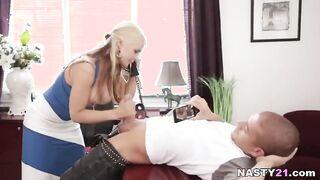 Die Frau des Chefs betrügt ihren Ehemann mit einem jungen Untergebenen
