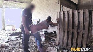 Der Polizist fickt einen Täter aus der ersten Person, indem er Jeans zerreißt