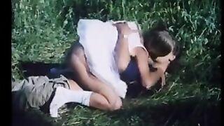 Russisches Küken ficken auf einem Feld auf Erden