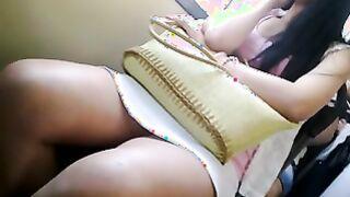 Schönes Mädchen mit dicken Beinen in einem Minirock fährt einen Bus