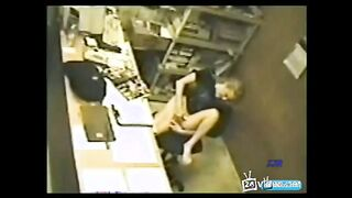 Mädchen masturbiert bei der Arbeit unter einer versteckten Kamera