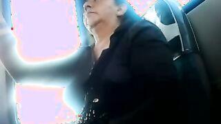 Der Mann streichelte seinen Schwanz im Bus vor der alten Frau