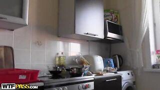 Russische Schönheit nackt in der Küche