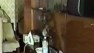 Ukrainer mit einer haarigen Muschi saugt einen dicken Meerrettich und sitzt rittlings