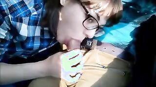 Mädchen mit Brille gibt einem Mann in einem Zug einen Blowjob