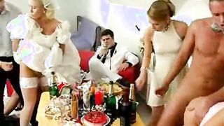 Eine Menge Männer füllt seine Braut bei einer Hochzeit mit Sperma